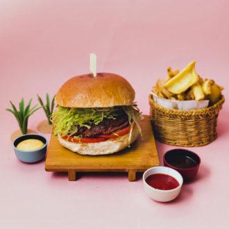 Beyond Burger - burger 100% vegano senza soia, glutine, OGM preparato con pomodoro e lattuga