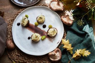 Funghi Champignon ripieni di fonduta, di anacardi, yogurt con erba cipollina, Mole al cacao, finocchio marinato