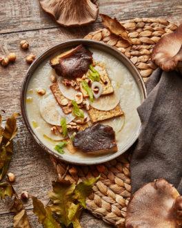 Millefoglie di Tempeh con Daikon marinato, crema di topinambur, nocciole tostate, fungo cardoncello e la sua consomme