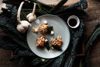 Raviolo fritto ripieno di cavolo nero e funghi champignon, salsa all'aceto di lamponi e maionese all'aglio dolce