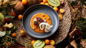 Ricottina di canapa leggermente affumicata, pomodoro fermentato, kiwi e composta di cipolla rossa