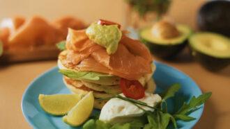 Pancake Salmon - Pancake salato con salmone, rughetta, panna acida, erba cipollina, guacamole e jalapeno