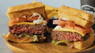 Waffle Burger - Waffel salato con hamburger di manzo, lattuga, pomodoro, formaggio chetar e mayo