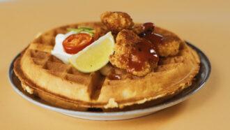 Waffle Los Polllos - Waffle salato con pollo fritto croccante, panna acida, malapena, erba cipollina