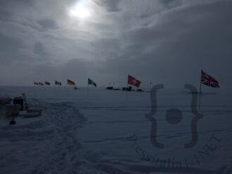 Sito di perforazione di Renland con le bandiere delle nazioni partecipanti al progetto