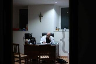 Dottor Massimo Volpini al telefono con un paziente Covid
