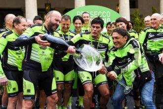 Prosecco Cycling - Chiappucci con il bicchiere in mano sul palco delle premiazioni