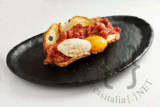 Tartare di filetto, cialda di pane, gelato espresso in azoto liquido, semi di papavero e tuorlo dello chef Emanuele Paoloni