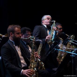 Jazz-Company-Big-Band-con-Gabriele-Comeglio-al-centro-in