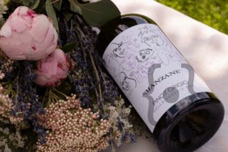 Pinot-Grigio-etichetta-e-fiori-in