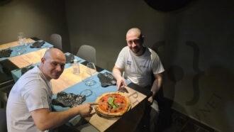 Francesco-Di-Ceglie-a-dx-e-Fabio-Russo-a-sx-con-la-loro-pizza-in