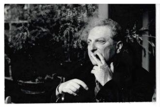 Carlo Levi mentre fuma il sigaro